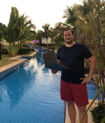 Lifestyle-yrittäjä Ville Kinanen uima-altaalla